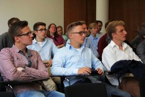 Schüler und Schülerinnen der Albert-Einstein-Realschule im Gespräch mit Matthias Hauer.