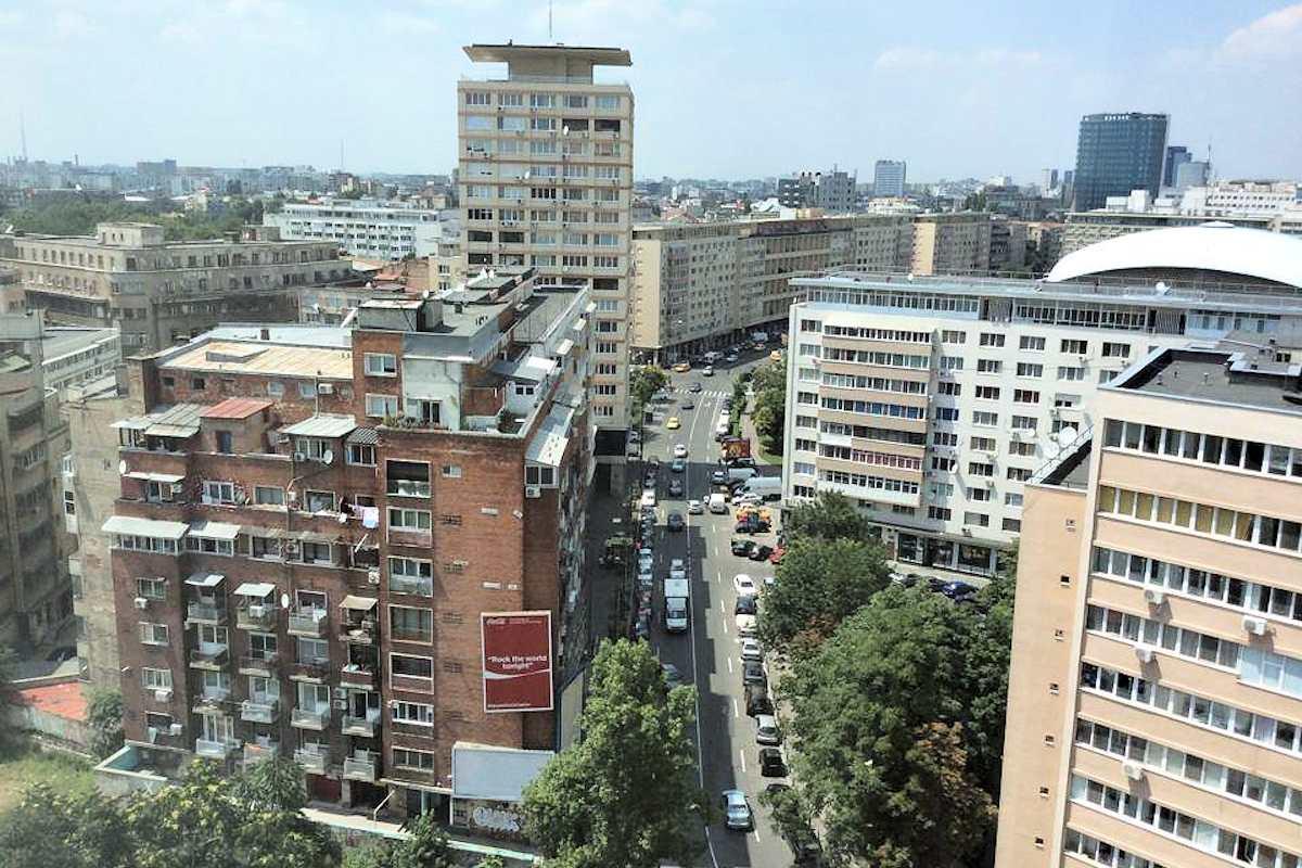 Ankunft in Bukarest: Die südosteuropäische Metropole mit knapp zwei Millionen Einwohnern ist die Hauptstadt Rumäniens. Rumänien ist seit 2007 Mitglied der Europäischen Union — unter besonderen Auflagen, u.a. zur Bekämpfung der Korruption.