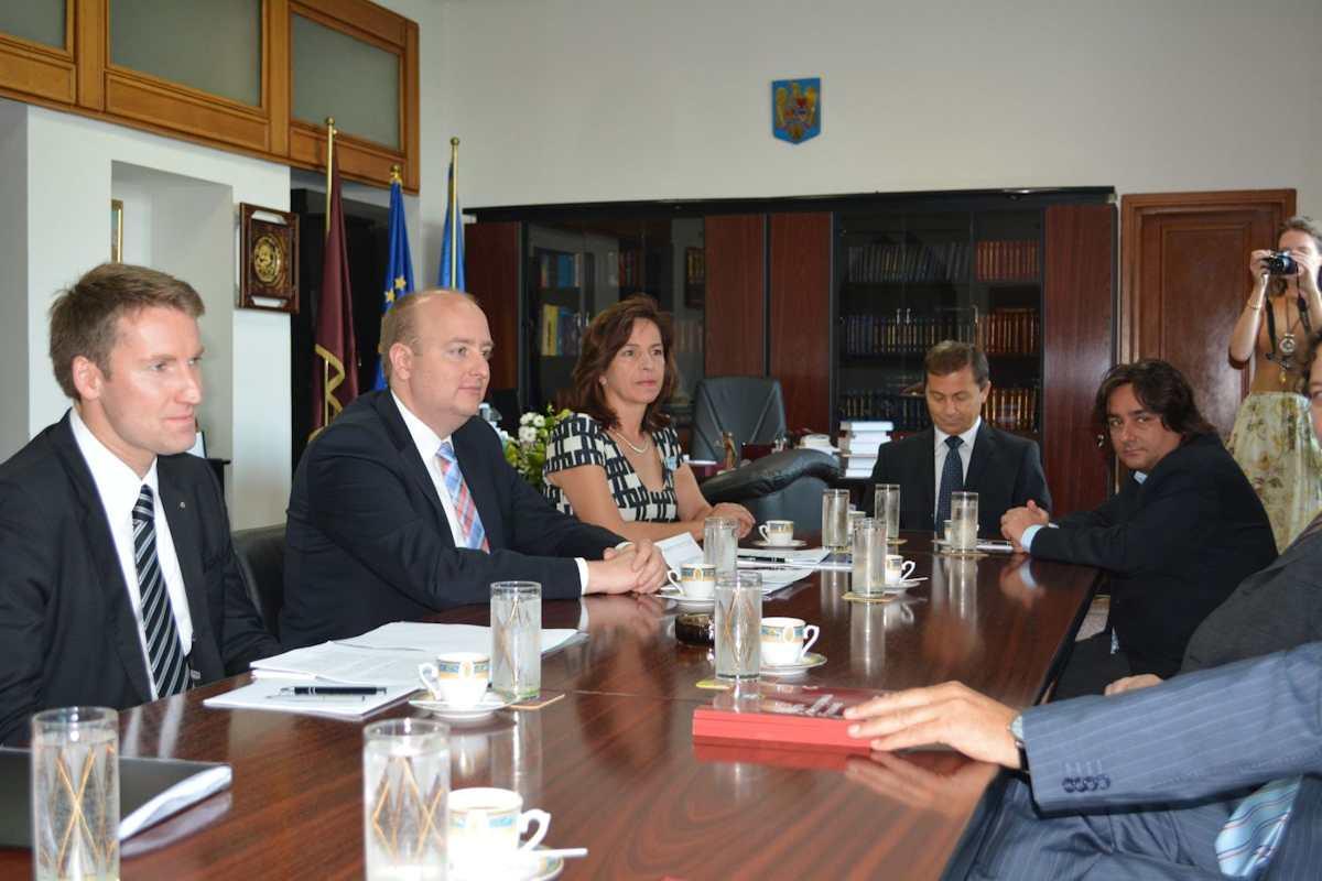 Gemeinsam mit Dr. Patrick Sensburg MdB und Barbara Richstein MdL diskutiert Matthias Hauer MdB über Rechtspolitik und Justiz, u.a. mit dem Präsidenten des rumänischen Verfassungsgerichts.