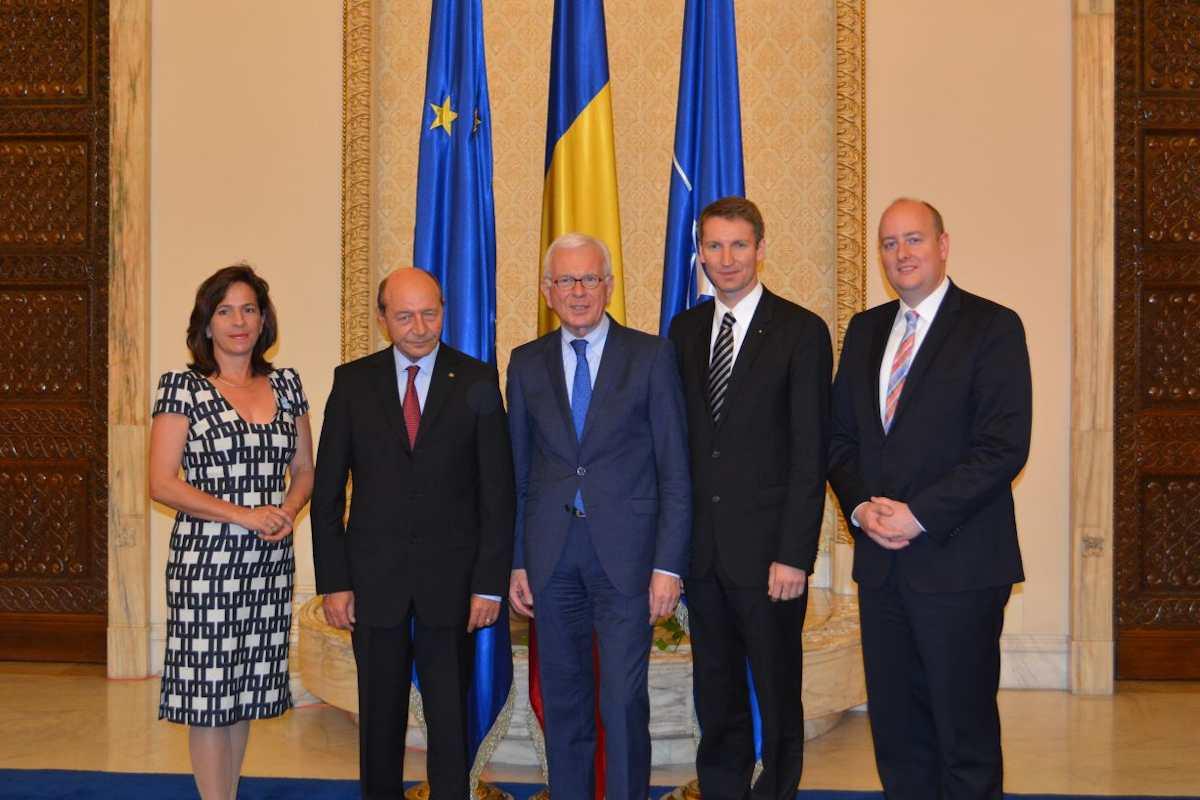 Im Parlamentspalast: Staatspräsident Traian Băsescu (2.v.l.) und der Vorsitzende der Konrad-Adenauer-Stiftung sowie Präsident des Europäischen Parlaments a.D., Dr. Hans-Gert Pöttering (3.v.l.), mit den deutschen Gästen