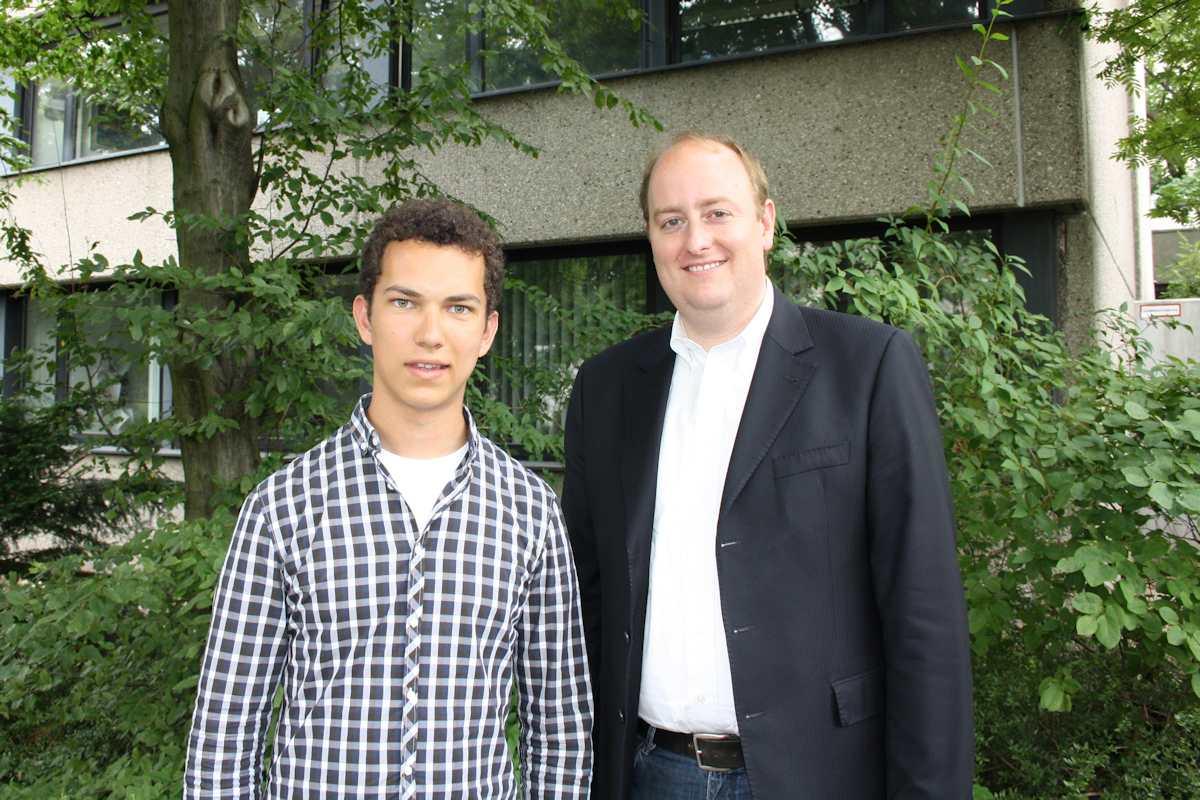 Bereits im Reisefieber: Matthias Hauer MdB unterstützt Manuel Simon bei dessen Freiwilligendienst in Indien. Vorher trafen sich beide zum ausführlichen Gespräch im Essener Büro des Abgeordneten.
