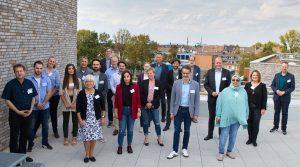 Matthias Hauer MdB und Kai Gehring MdB (Bündnis 90/ Die Grünen, rechts) mit Mitarbeiterinnen und Mitarbeitern des Essener Netzwerks Migrationsberatung für erwachsene Zuwanderer