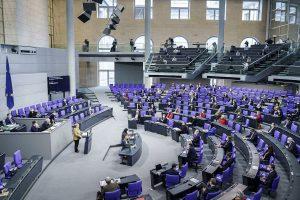 Bundeskanzlerin Angela Merkel bei ihrer Regierungserklärung zu den Corona-Beschlüssen vom Mittwoch im Plenum des Deutschen Bundestages