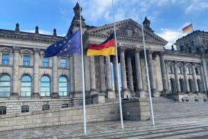 Zum Gedenken an die Opfer des Nationalsozialismus hingen die Flaggen vor dem Reichstag am 27. Januar auf Halbmast. Anlass für den Gedenktag war die Befreiung des Konzentrationslagers Auschwitz vor 76 Jahren.